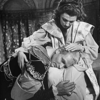 Laurence Olivier as Hamlet and Eileen Herlie as his mother, Gertrude, in Hamlet, 1948