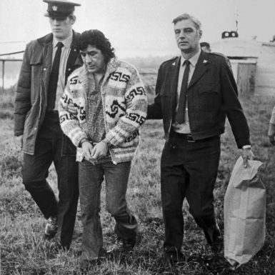 Leonard Peltier being extradited from Canada to the US in December 1976