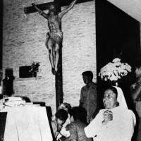 Members of Archbishop Óscar Arnulfo Romeo's congregation gathering around his body after he was gunned down during Mass, San Salvador, March 24, 1980