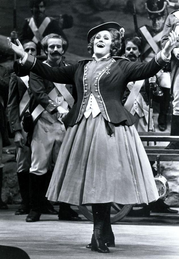 Joan Sutherland in La fille.jpg