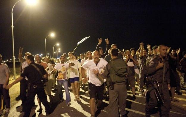 Anatot-advancing crowd.jpg