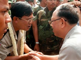 Cambodia's Prime Minister Hun Sen (left) shaking hands with former Khmer Rouge foreign minister Ieng Sary, October 22, 1996