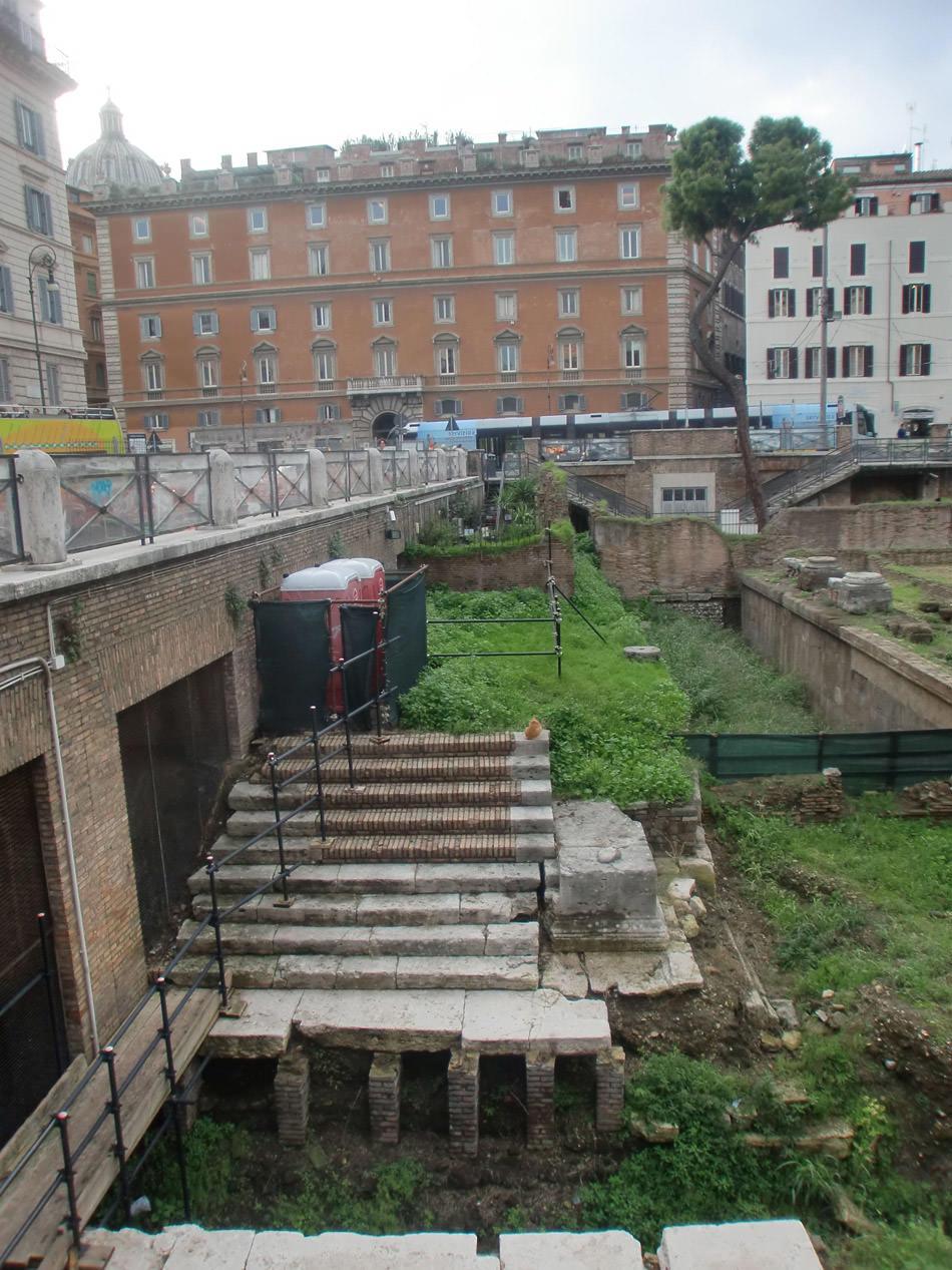 Scruffy ruins Rome.jpg