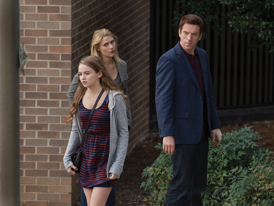 Morgan Saylor as Dana Brody, Claire Danes as Carrie Mathison, and Damian Lewis as Nicholas Brody in Homeland