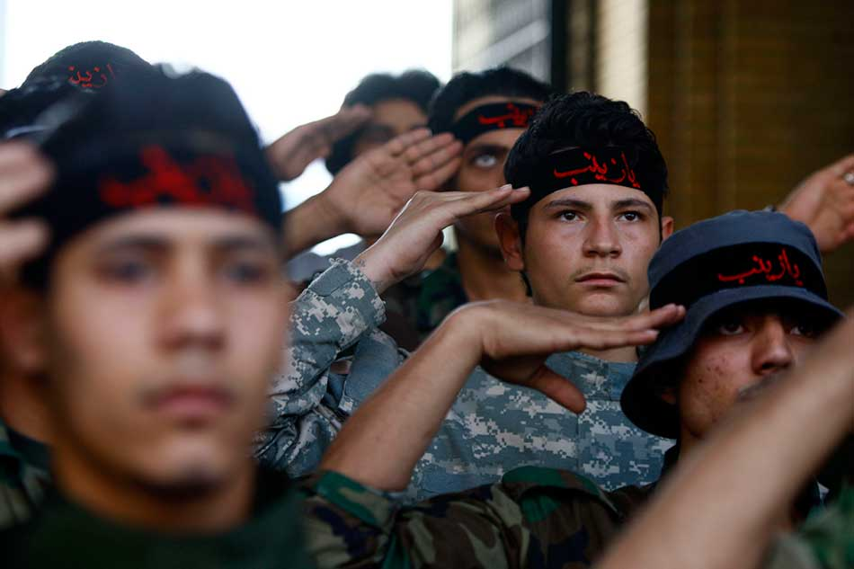 Shi'ite fighters salute.jpg