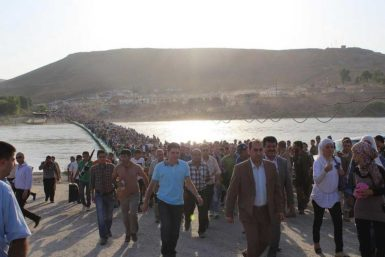 Syrian Kurds crossing a pontoon bridge from Syria to Northern Iraq, August 15, 2013