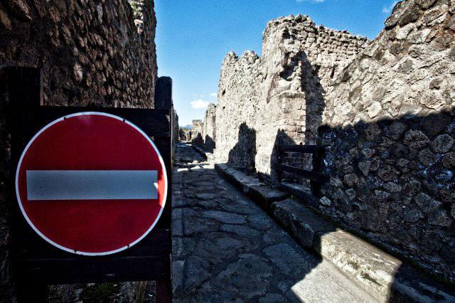 Pompeii stop sign.jpg
