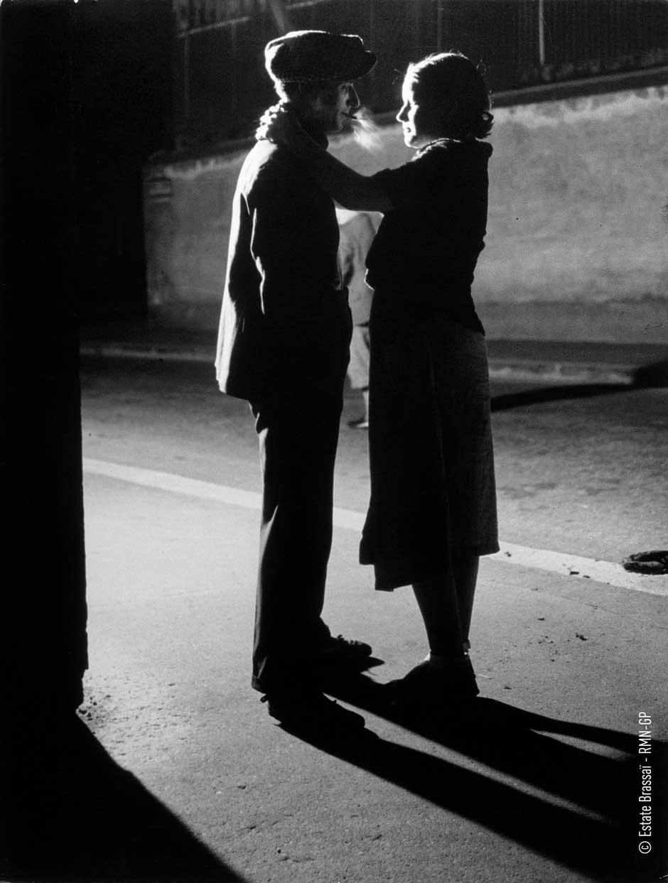 Brassai 29 lovers under a street lamp.jpg
