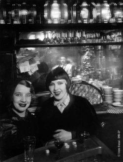 Brassaï: <i>Prostitutes at a bar, Boulevard Rochechouart, Montmartre</i>, c. 1932, PS 82. Private collection, PI. 344. Photo RMN-Grand-Palais, Michèle Bellot.