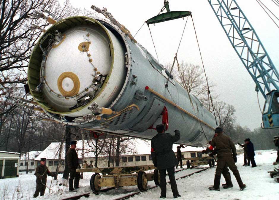 Soldiers destroy missile 1997.jpg