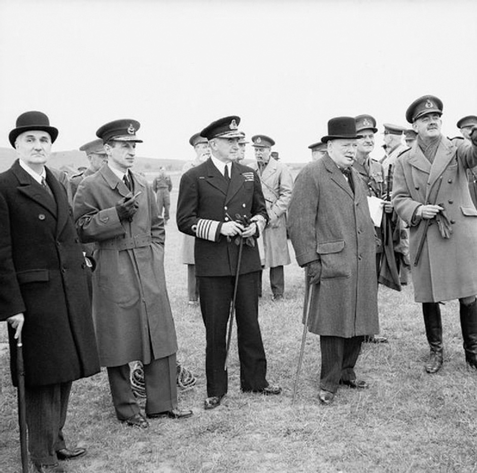 Winston Churchill (second from right) and his scientific adviser Frederick Lindemann (far left) watching a demonstration of antiaircraft gunnery, June 1941