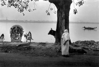 A shrine to the Hindu goddess Kali on the banks of the Ganges River, Calcutta, 1987; photograph by Raghu Rai