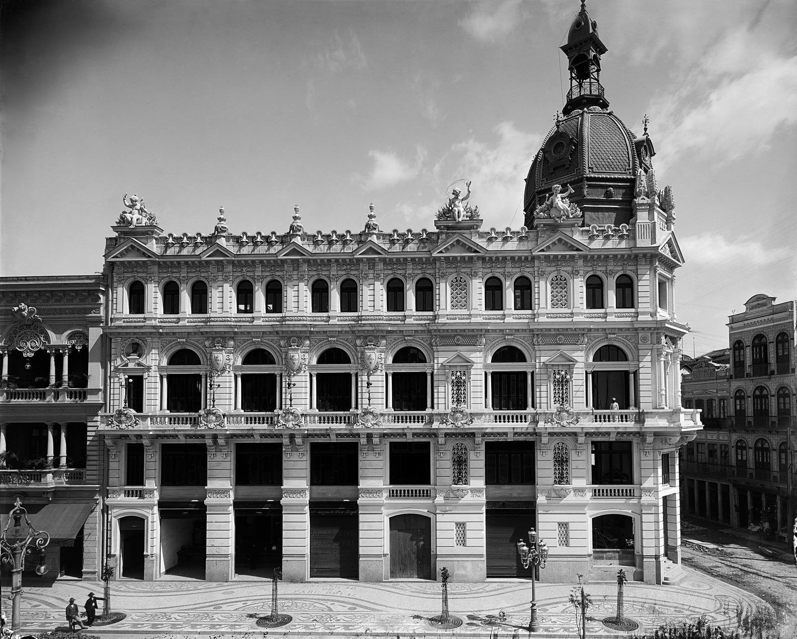 O País newspaper building, at the corner of Central Avenue and Sete de Septembro Street, circa 1906