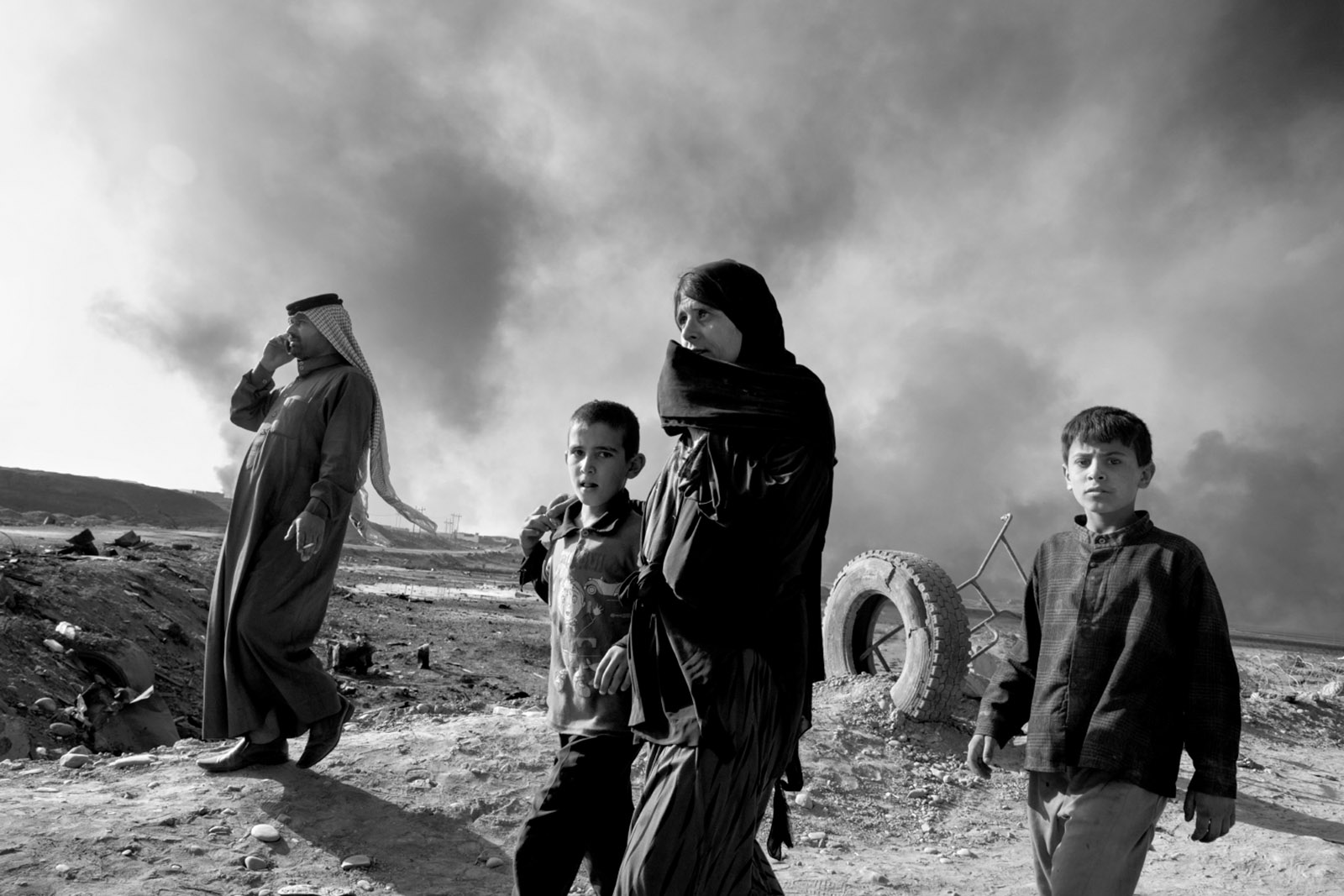Iraqi civilians fleeing the town of Qayyara, about thirty-five miles south of Mosul, November 2016