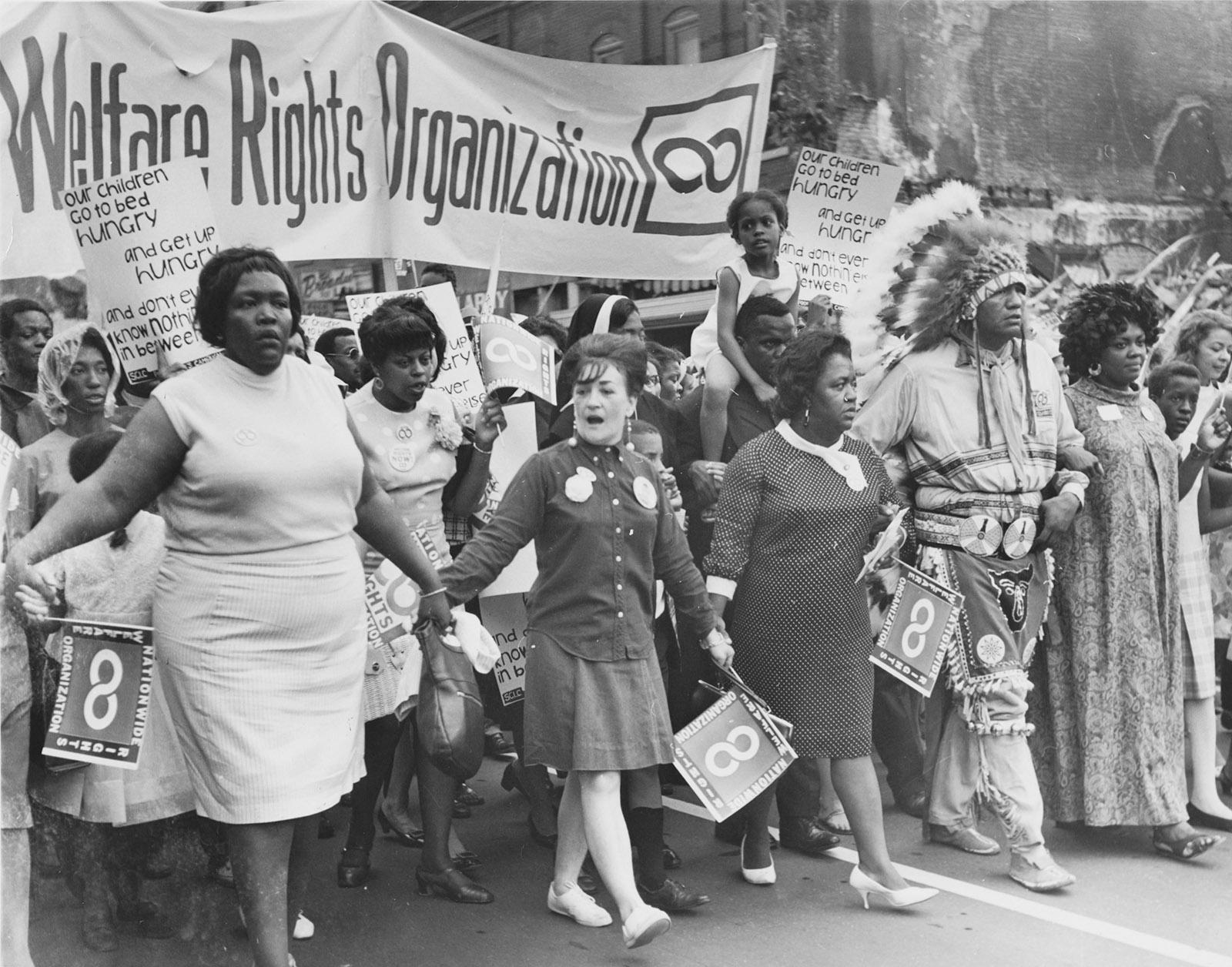 """Activistas que marchan bajo la bandera de la National Welfare Reform Organization en la """"campaña de los pobres"""", Washington, DC, mayo-junio de 1968. (Colección Jack Rottier / Biblioteca de la Universidad George Mason)"""
