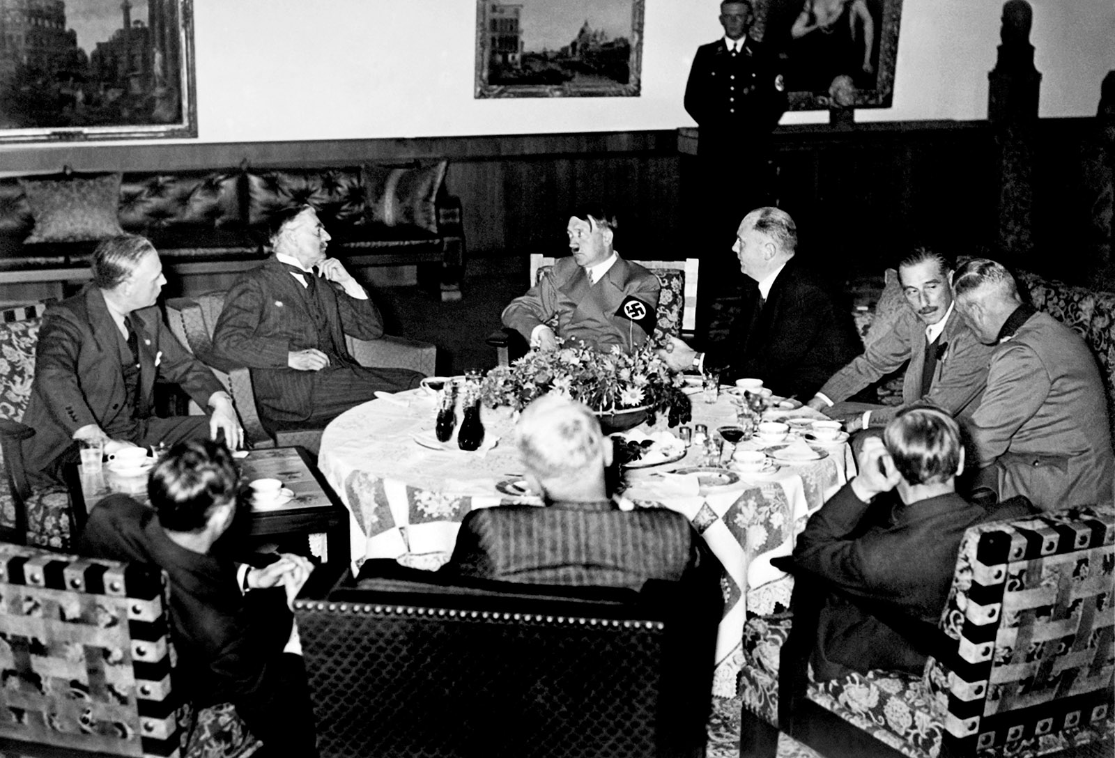 A meeting in Berchtesgaden to discuss Hitler's demand that Czechoslovakia cede the Sudetenland to Germany, September 1938