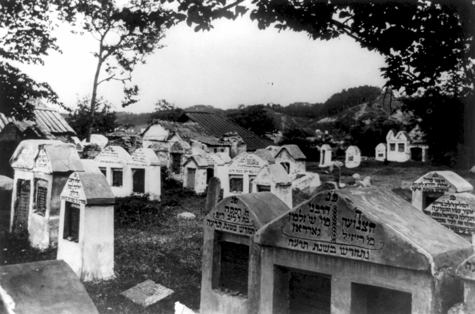 A Jewish cemetery in Vilna, 1922
