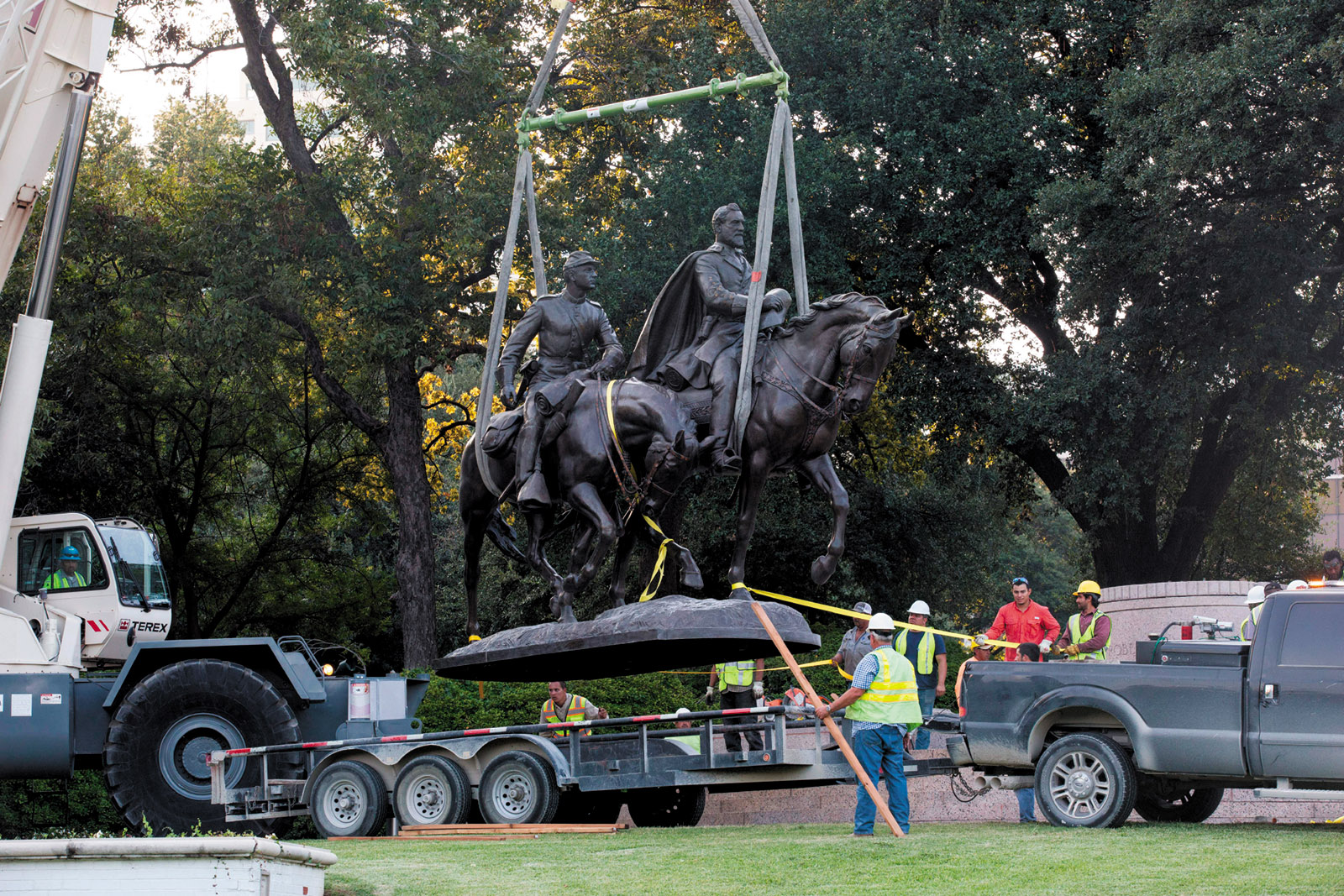 Workers removing a statute of Confederate general Robert E. Lee from Robert E. Lee Park, Dallas, Texas, September 2017