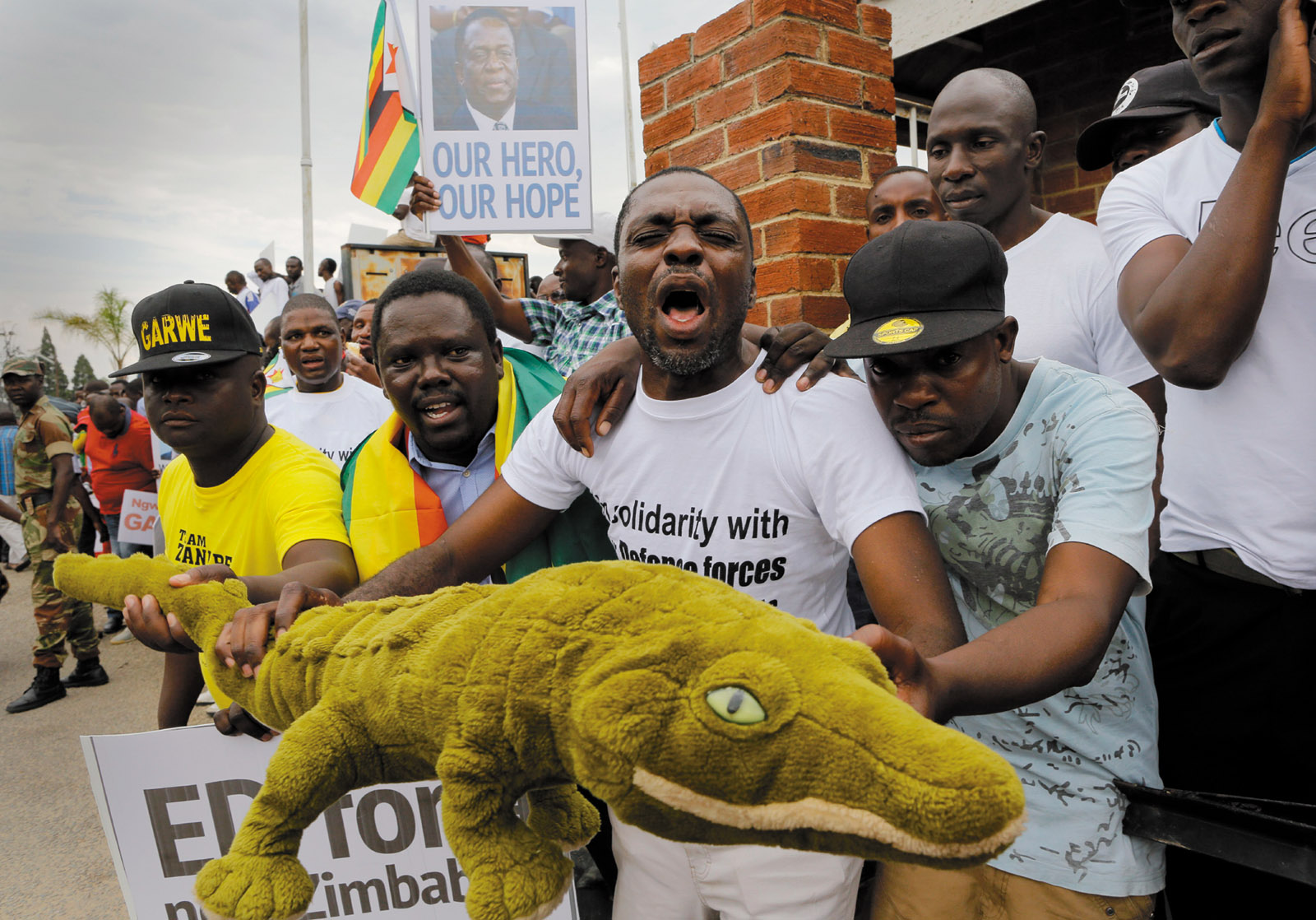 Supporters of Emmerson Mnangagwa waiting for his return to Zimbabwe on the day after Robert Mugabe resigned as president, Harare, November 2017