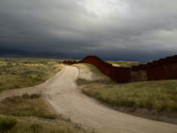 Richard Misrach: Wall, east of Nogales, Arizona / El muro, al este de Nogales, Arizona, 2014