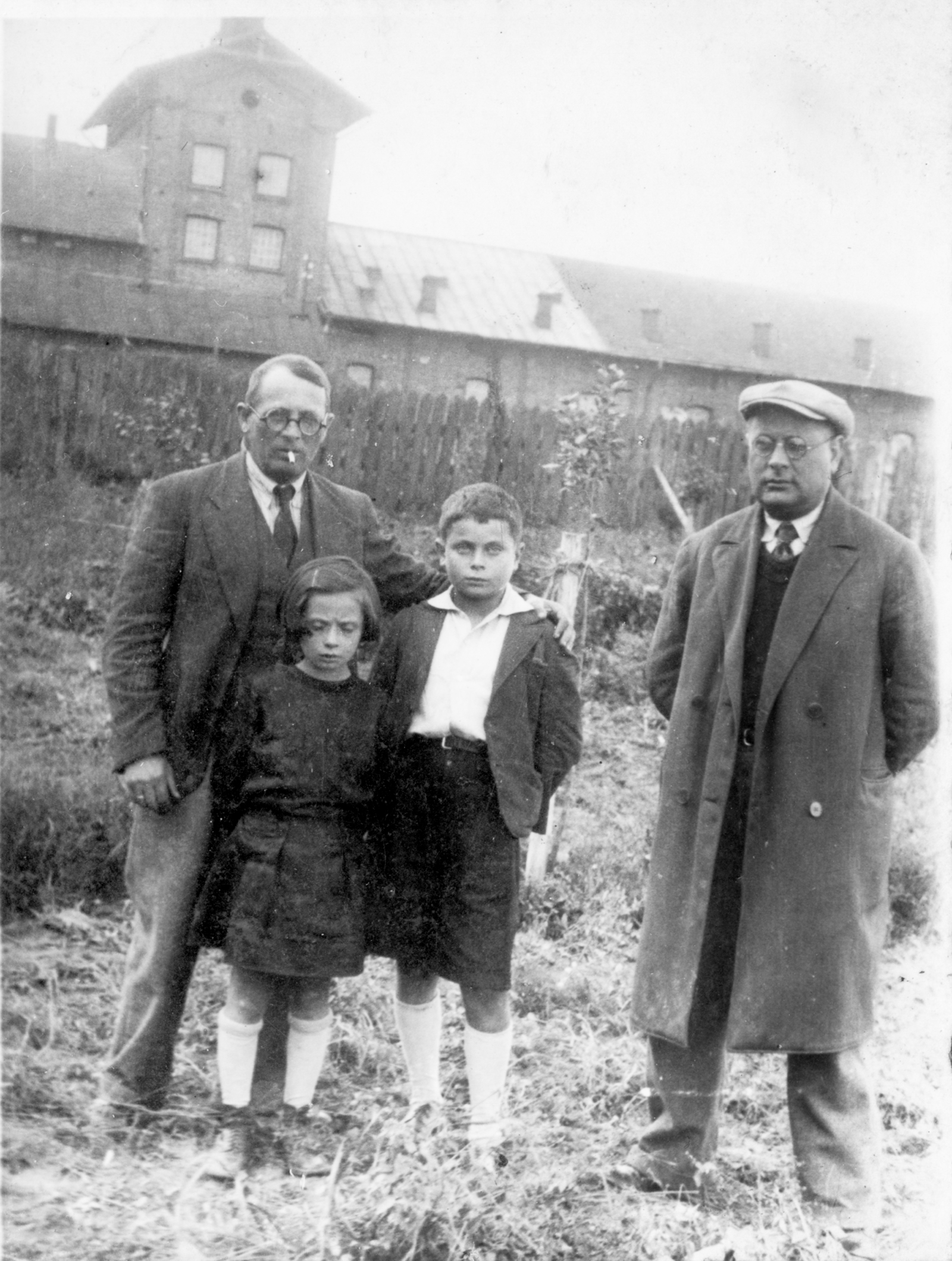 Hannan Teitel with his uncle Icok, sister Regina, and father Zindel